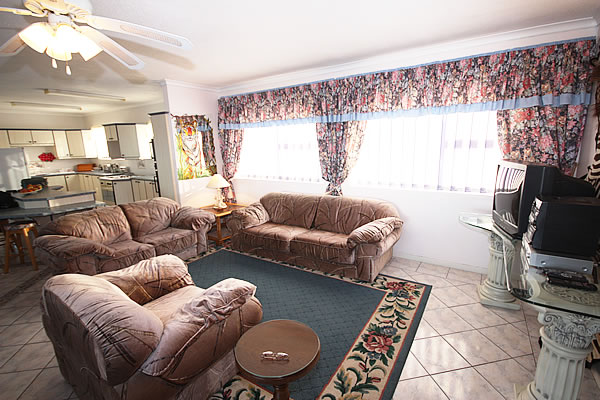 Jeffreys Bay accommodation self-catering holiday flat B&B guest house in Jeffreys Bay Pinnaquin